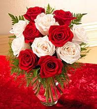 Ardahan uluslararası çiçek gönderme  5 adet kirmizi 5 adet beyaz gül cam vazoda