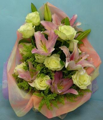 11 adet gül ve 2 adet kazablanka buketi  Ardahan internetten çiçek satışı