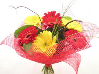 9 adet gerbera çiçeklerinden buket  Ardahan çiçek satışı