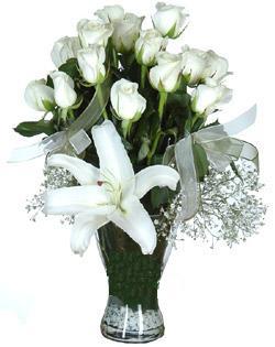 cam içerisinde 11 beyaz gül ve 1 kazablanka  Ardahan çiçek siparişi sitesi