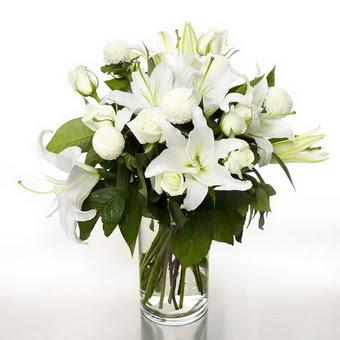 Ardahan çiçek gönderme sitemiz güvenlidir  1 dal cazablanca 7 adet beyaz gül vazosu
