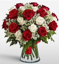 Vazoda 12 kırmızı 12 beyaz gül tanzimi  Ardahan uluslararası çiçek gönderme
