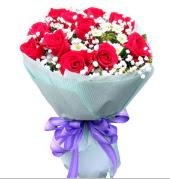 12 adet kırmızı gül ve beyaz kır çiçekleri  Ardahan çiçekçi mağazası