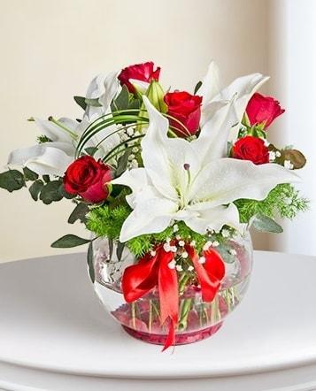 Fanus Vazoda 2 Lilyum ve 5 Gül Dansı  Ardahan çiçek gönderme